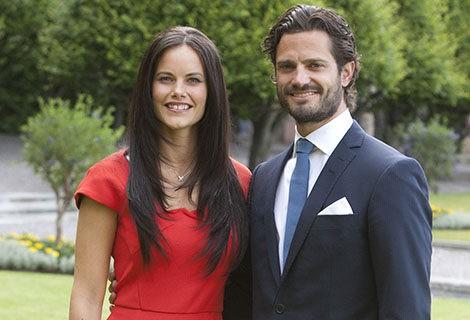 Sofia Hellqvist con un vestido rojo en el anuncio de su compromiso