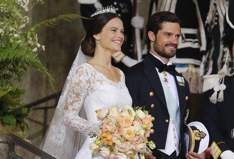 Sofia Hellqvist y el Príncipe Carlos Felipe de Suecia saliendo de la Capilla del Palacio Real