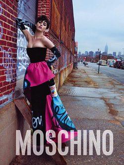 Katy Perry con un vestido palabra de honor en la campaña otoño/invierno 2015 de Moschino