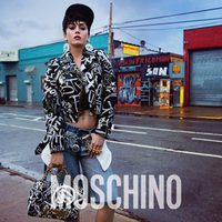 Katy Perry con chaqueta, pantalón y bolso de la campaña otoño/invierno 2015 de Moschino