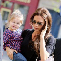 Victoria Beckham con su hija Harper Seven en París