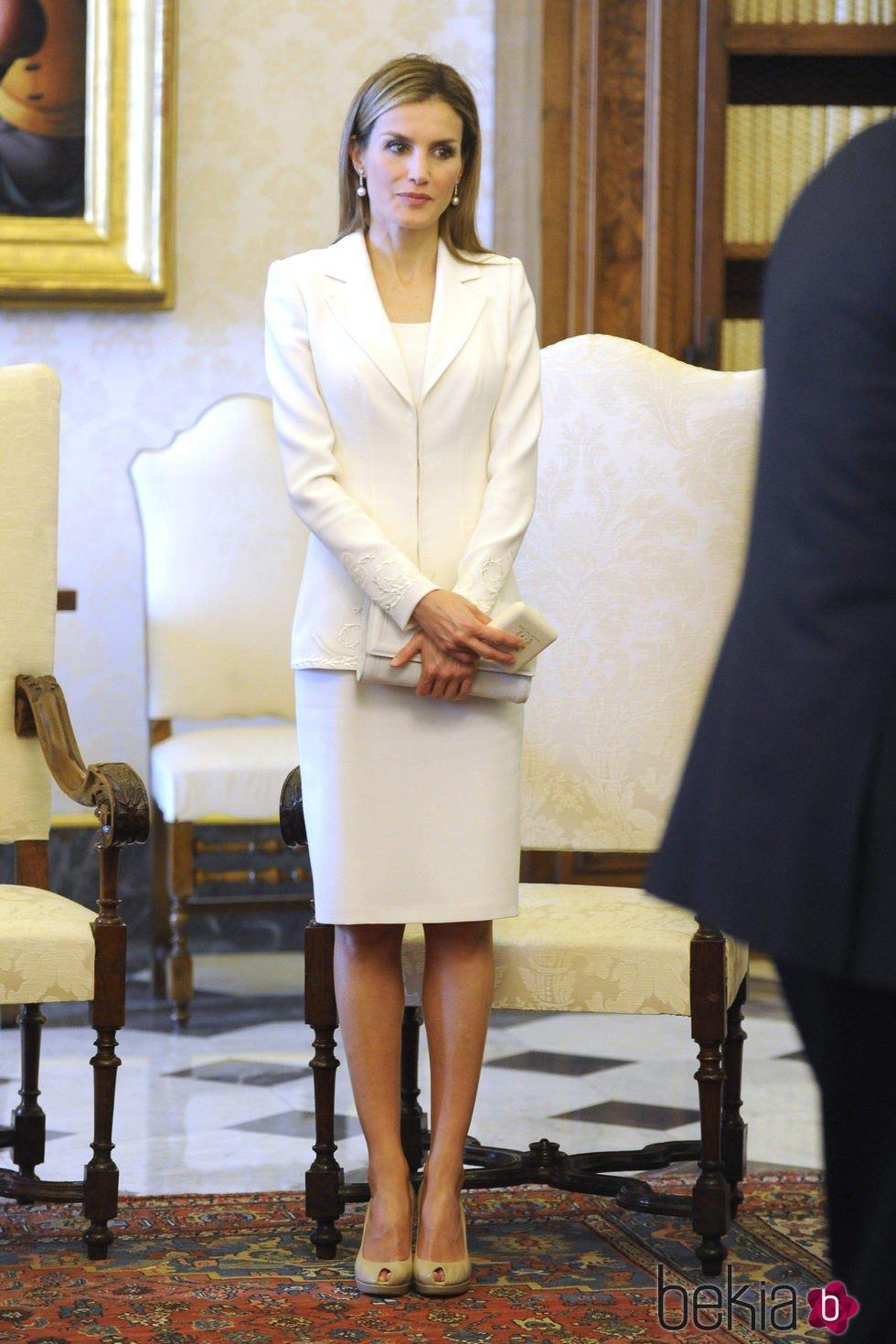 La Reina Letizia con un vestido blanco de Felipe Varela en el Vaticano