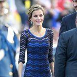 La Reina Letizia con un vestido azul de Felipe Varela en los Premios Príncipe de Asturias 2014