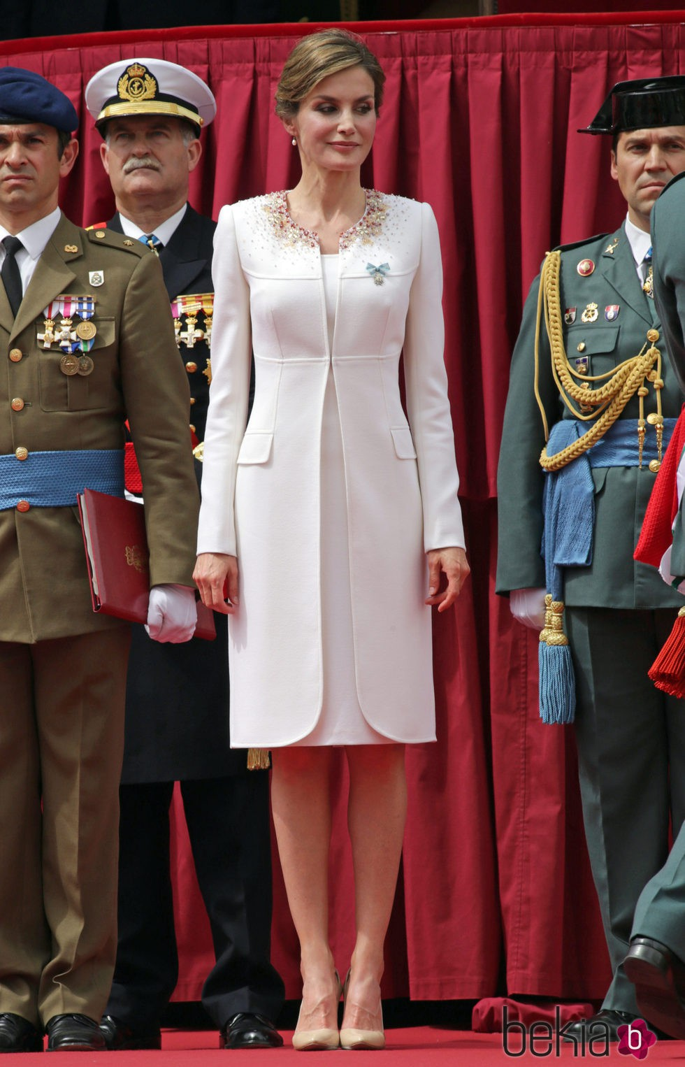 La Reina Letizia con un vestido blanco de Felipe Varela en la entrega de la Enseña Nacional a la XI Zona de la Guardia Civil