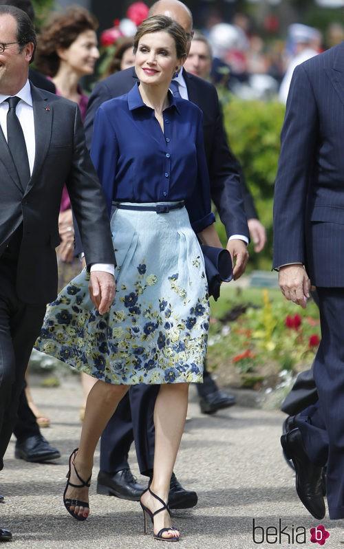La Reina Letizia con una falda de estampada de Carolina Herrera en Honduras
