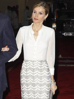 La Reina Letizia con una falda de apliques brillantes firmada por Hugo Boss