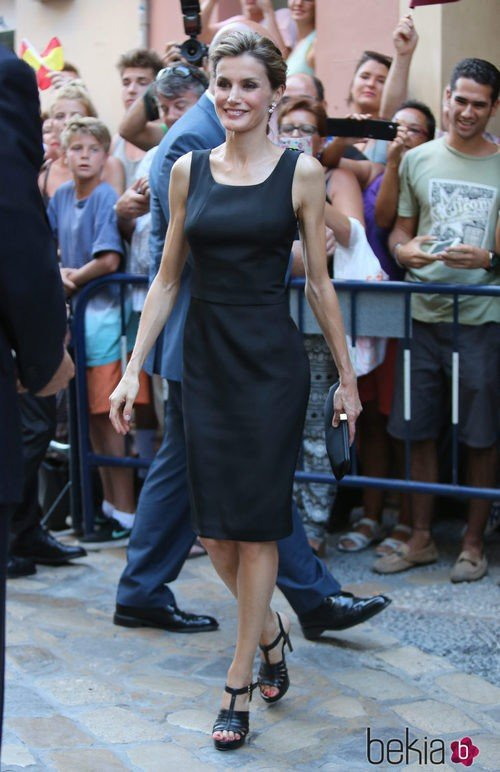La Reina Letizia con un vestido negro de Felipe Varela en Málaga
