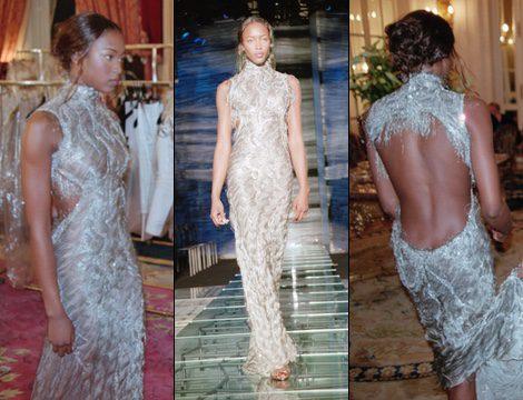 Naomi Campbell desfila para Versace en la Semana de la Moda de París de 1998