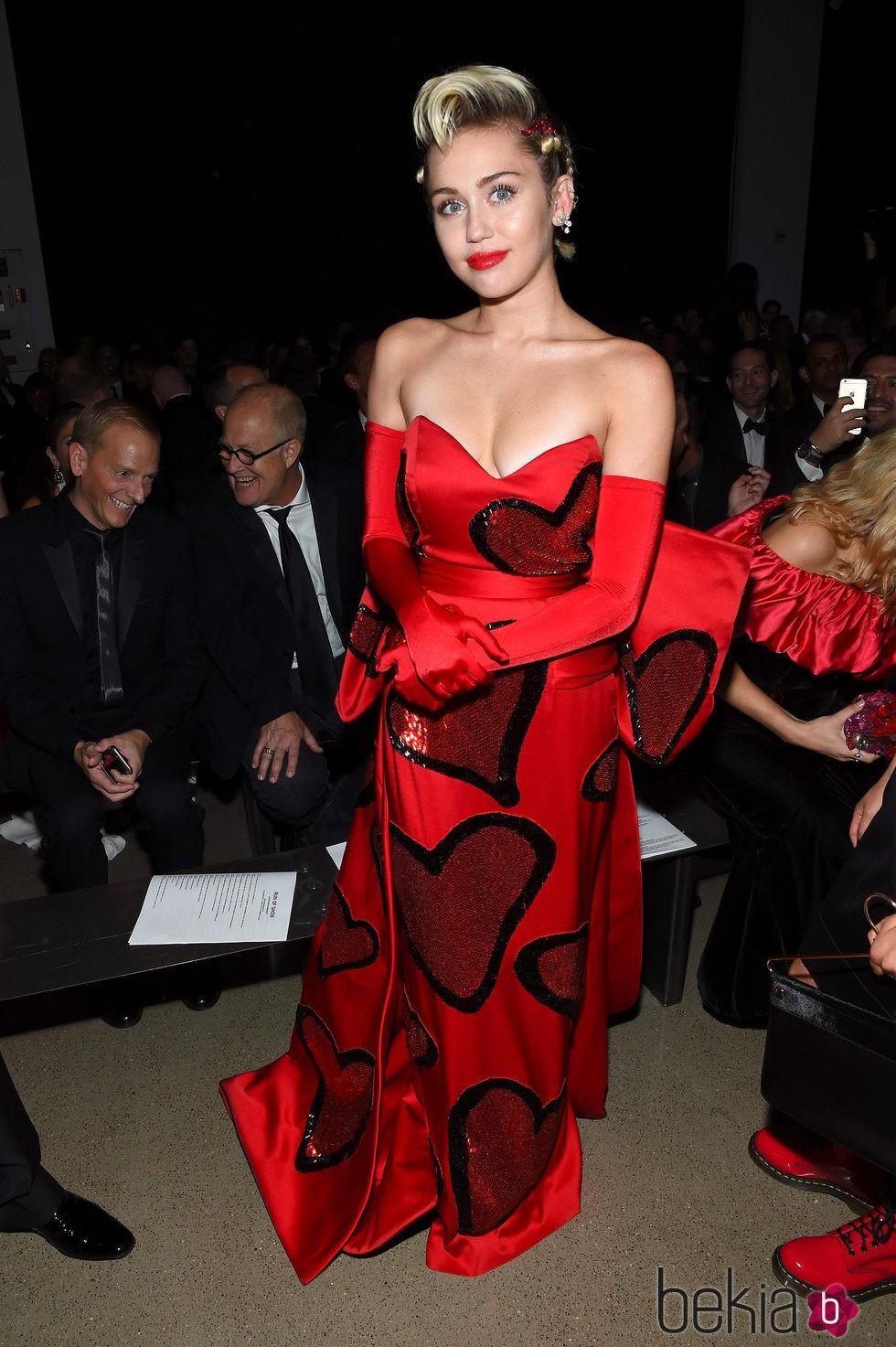 Miley Cyrus con un vestido rojo de corazón en la Gala amfAR Inspiration 2015 de Nueva York