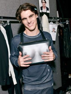 RJ Mitte en el backstage de la pasarela Milan Fashion Week