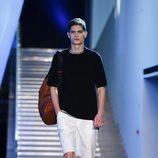 Bermudas blancas con camiseta negra de la colección primavera/verano 2016 de Z Zegna