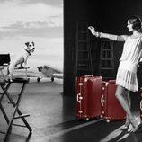 Alessandra Ambrosio, una diva de los años 20 posando para la campaña de Rimowa