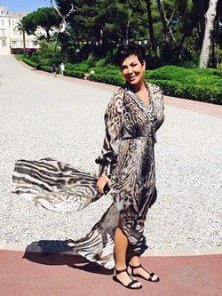 Kris Jenner en Cannes con un vestido animal print de Roberto Cavalli