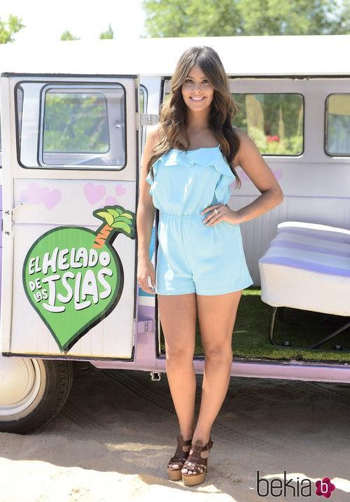 Cristina Pedroche con un jumpsuit corto azul bebé con cuñas marrones