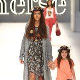 Lucía Rivera con un vestido floreado y un cárdigan largo de color gris de Yerse
