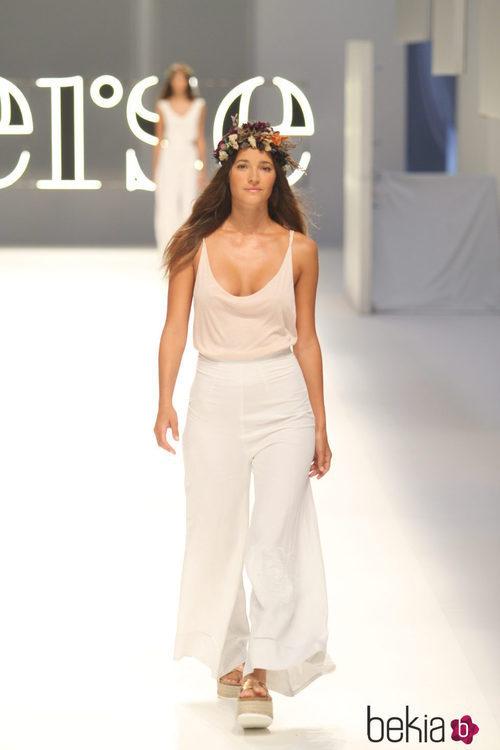 Malena Costa con un pantalón de pata de elefante en color blanco de Yerse