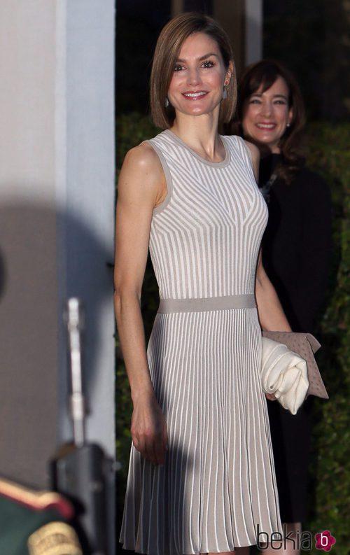 La Reina Letizia con un vestido con falda plisada en color arena de Hugo Boss en su Viaje de Estado a México