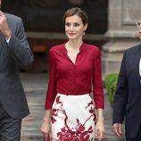 La Reina Letizia con un conjunto blanco y marsala de Felipe Varela en su Viaje de Estado a México