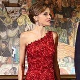 La Reina Letizia con un vestido asimétrico de guipur en tonos rojizos de Felipe Varela en su Viaje de Estado a México