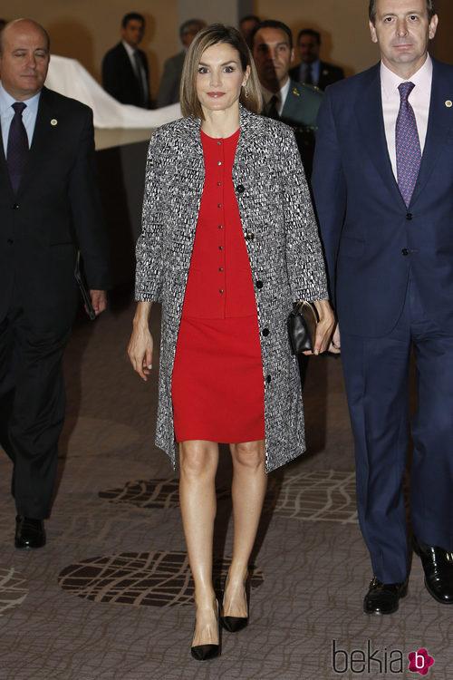 La Reina Letizia con abrigado jaspeado y traje rojo de Nina Ricci en México