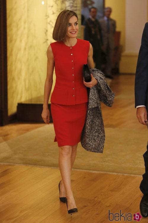La Reina Letizia con blusa y falda en rojo de Nina Ricciy y salones negros de Prada en México