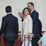 La Reina Letizia con un conjunto de blusa y pantalón de color blanco con un chaquetón rosa pálido en su Viaje de Estado a México