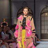 Colorido abrigo de la colección de Alta Costura otoño/invierno 2015/2016 de Schiaparelli