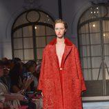 Abrigo rojo de la colección de Alta Costura otoño/invierno 2015/2016 de Schiaparelli