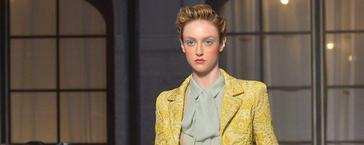 Conjunto en amarillo de la colección de Alta Costura otoño/invierno 2015/2016 de Schiaparelli
