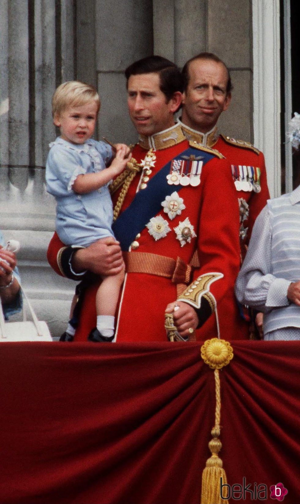 El Príncipe Carlos con su hijo Guillermo de Inglaterra en el Trooping the Colour 1984