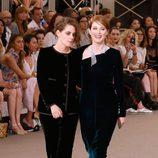 Kristen Stewart y Julianne Moore en el desfile de la colección de Alta Costura otoño/invierno 2015/2016 de Chanel