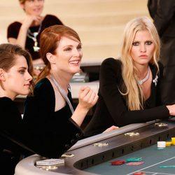 Kristen Stewart, Julianne Moore y Lara Stone en el desfile de la colección de Alta Costura otoño/invierno 2015/2016 de Chanel