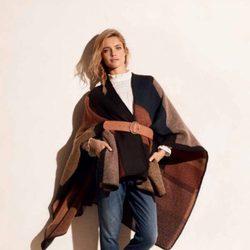 Natalia Vodianova con un abrigo capa de la colección otoño/invierno 2015/2016 de Etam