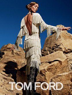 Ondria Hardin con un vestido de flecos de la colección otoño/invierno 2015/2016 de Tom Ford