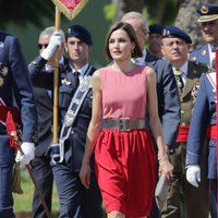 La Reina Letizia con un vestido en color block rojo y rosa