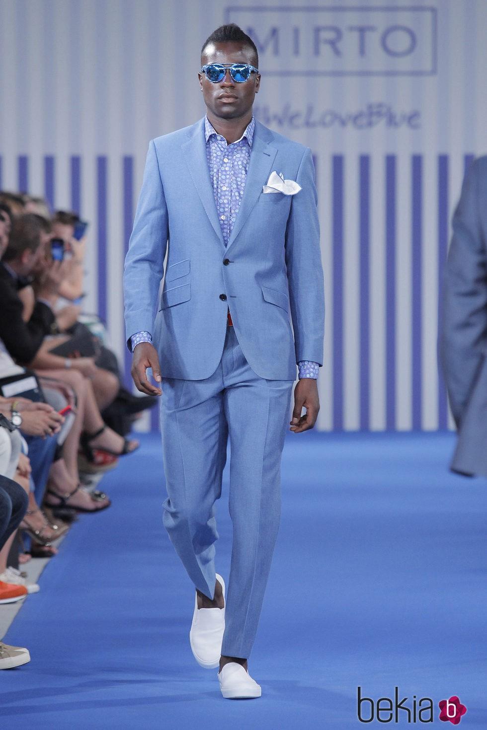 Corbatas para trajes azules. Por otro lado, sin duda, las corbatas más acertadas que puedes seleccionar para un traje de color azul marino son las negras, las rojas o las de color azul. En cuanto a las rojas, darán muchísima fuerza a tu look, dotándote de poderío y de mucho estilo.