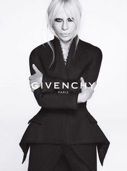 Donatella Versace posando para la campaña otoño/invierno 2015/2016 de Givenchy