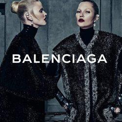 Lara Stone y Kate Moss con abrigos de la campaña otoño/invierno 2015/2016 de Balenciaga