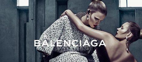 Lara Stone y Kate Moss posando para la campaña otoño/invierno 2015/2016 de Balenciaga