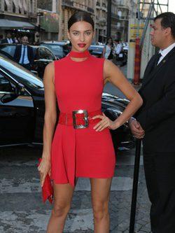 Irina Shayk con un vestido rojo de Versace en una fiesta de Vogue en París