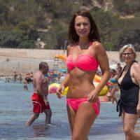 Paula Echevarría con un bikini rosa flúor de Calzedonia en Ibiza
