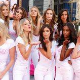 Los ángeles de Victoria's Secret lanzan seductores besos en un evento en Nueva York