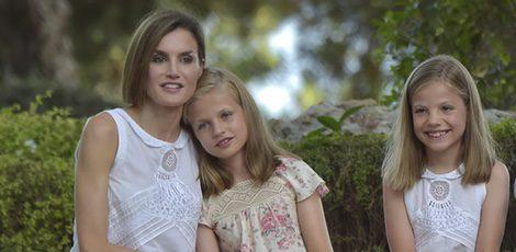 La Reina Letizia con sus hijas Leonor y Sofía posando en Marivent