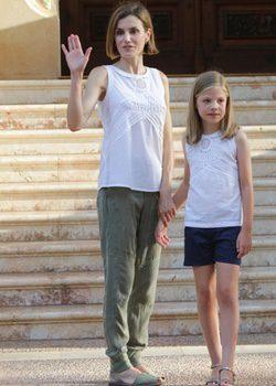La Reina Letizia y la Infanta Sofía con la misma camiseta de Flamenco en Marivent