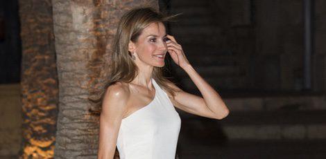 La Reina Letizia con un vestido blanco de Felipe Varela en la recepción a las autoridades en Mallorca