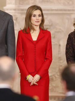 La Reina Letizia con un traje rojo de Felipe Varela
