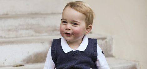 El Príncipe Jorge de Cambridge con unas bermudas cortas y chaleco navideño