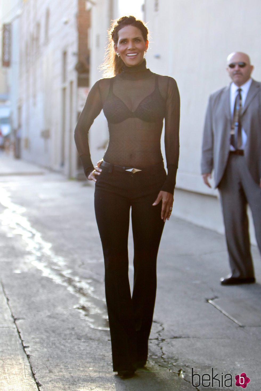 Halle Berry con un look total black