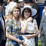 Las Princesas Beatriz y Eugenia de York presumen de tocados en el Derby de Epsom 2011