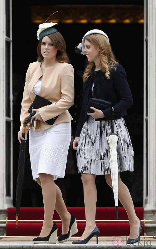 Las Princesas Beatriz y Eugenia de York con vestidos de corte clásico en una Garden Party